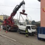 Camion per la raccolta dei rifiuti finisce contro il muretto di cinta di un edificio