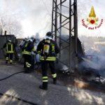 In fiamme nel pomeriggio alla periferia di Loreto un deposito di legname e di materiale edile