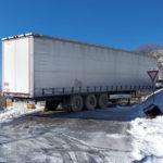 Camion con rimorchio bloccato in curva per l'improvvisa nevicata, chiusi due km della Sp 2 Conca