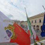 CORONAVIRUS / Il commosso omaggio dei sindaci marchigiani alle vittime del Covid-19 / Foto e Video