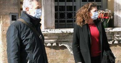 Il sindaco Bravi, l'intera Giunta di Recanati e 100 volontari hanno consegnato le mascherine alle famiglie