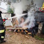 Una catasta di legna in fiamme alla periferia di Fabriano, pronto intervento dei vigili del fuoco