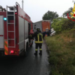 Perde il controllo dell'autoarticolato che si schianta contro una vettura: tragedia sfiorata davanti all'ospedale regionale di Torrette