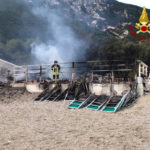 Stabilimento balneare distrutto dalle fiamme sulla spiaggia di Portonovo / VIDEO
