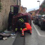 Auto cappottata a Castelfidardo: il conducente resta bloccato all'interno