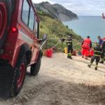 Una donna soccorsa lungo il sentiero che porta alla spiaggia di Mezzavalle e trasportata in ospedale