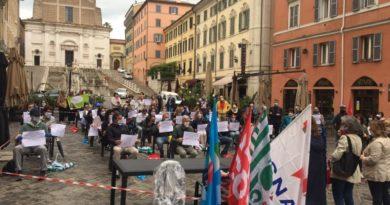 """""""Per 30 alunni serve un'aula così"""". Ad Ancona sciopero e flash mob dei sindacati davanti alla Prefettura"""
