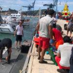 Imbarcazione incagliata sugli scogli, una persona soccorsa dai sommozzatori e portata in ospedale