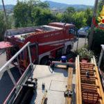 Sterpaglie in fiamme vicino alle case, pronto intervento dei vigili del fuoco