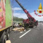 Scontro sull'autostrada tra due veicoli pesanti, camionista trasportato a Torrette con l'eliambulanza