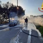 Auto in fiamme nel pomeriggio alla periferia di Numana