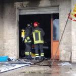 Paura ad Osimo per un garage in fiamme, ferita una persona