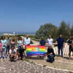 Pride 2020, la bandiera arcobaleno sventola a Baia Flaminia