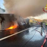 Semirimorchio in fiamme: caos e paura sull'autostrada