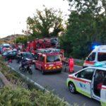 Carambola tra quattro auto lungo la strada del Conero: una Fiat 500 finisce in una scarpata, due i feriti