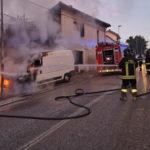 Furgone in fiamme all'alba davanti ad alcune abitazioni