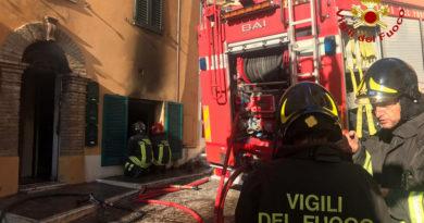 Appartamento in fiamme, due famiglie soccorse dai vigili del fuoco
