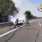 Auto in fiamme nella tarda mattina sull'autostrada