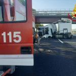 Scontro tra due mezzi pesanti ed un'auto sull'autostrada: grave una donna, traffico bloccato