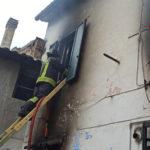Appartamento in fiamme, una persona finisce in ospedale