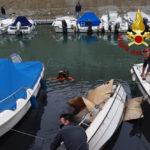 Imbarcazione si rovescia al Mandracchio, recuperata dai vigili del fuoco