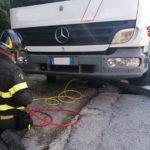 Autocarro si blocca in una piccola voragine, recuperato dai vigili del fuoco
