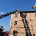 Tegole pericolanti in un vecchio palazzo rimosse dai vigili del fuoco