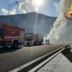 In fiamme la motrice di un autoarticolato, caos lungo la Statale 76