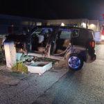 Un'auto si schianta contro una colonnina dell'Enel: quattro feriti