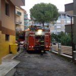 Paura nella notte ad Ancona per l'incendio di un appartamento, quattro persone in ospedale
