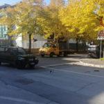 Auto si rovescia dopo un violento schianto all'incrocio