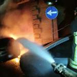 Auto in fiamme nella notte a Fabriano, sul posto i Vigili del fuoco