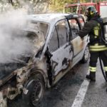 Auto in fiamme lungo la strada provinciale del Conero