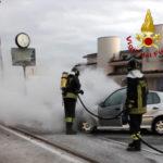 Auto in fiamme, pronto intervento dei vigili del fuoco