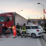 Due feriti nello scontro tra una vettura ed un camion
