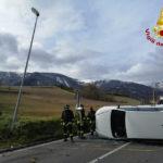 L'auto finisce contro un palo della luce, poi si rovescia: illeso il conducente