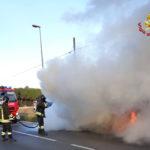 L'auto prende fuoco, gli occupanti scendono e danno l'allarme