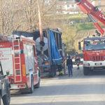 Pesanti bobine di acciaio si spostano su un Tir, pronto intervento dei Vigili del fuoco