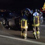 Un'auto si ribalta dopo lo schianto con un camion: pauroso incidente nella notte sulla Statale