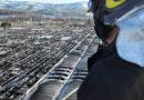 Spaventoso incendio sul tetto di un capannone, distrutti centinaia di pannelli fotovoltaici / VIDEO