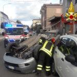 Auto sbanda, si ribalta e finisce contro una vettura parcheggiata: il conducente in ospedale