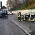 Schianto frontale tra due auto con quattro feriti
