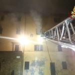 Appartamento in fiamme a tarda sera in una palazzina: 2 persone soccorse dai sanitari, 12 evacuate