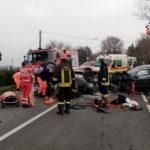 Violento scontro tra due auto con cinque feriti tra i quali una bimba ed un ragazzo