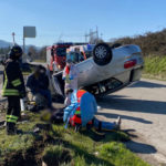 Auto finisce contro un palo e si rovescia, soccorse due persone