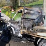 Un autocarro completamente distrutto dalle fiamme