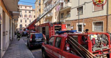 Incendio in un appartamento, 4 persone soccorse dai Vigili del fuoco / FOTO e VIDEO