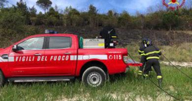 Incendio di sterpi nel pomeriggio alla periferia di Ancona