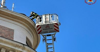 Rimosse dai Vigili del fuoco parti pericolanti dal tetto di un edificio / VIDEO