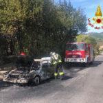 Un'auto distrutta dalle fiamme lungo la Cameranense